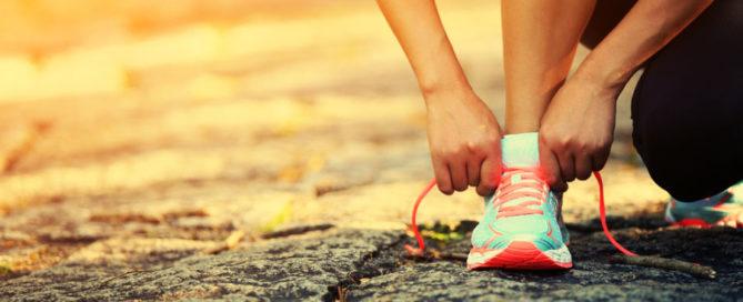runner tieing shoe